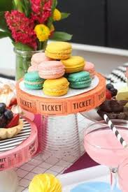diy oscar party ideas glitter hollywood cake topper cake