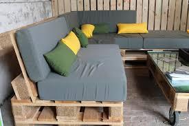 canapé exterieur en palette canape de jardin bois table de jardin métal ronde materiaux