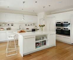 cuisine blanche avec ilot central plan de travail cuisine en blanc quartz ou corian ilot central
