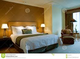 dans une chambre bâti et fauteuil dans une chambre à coucher cinq étoiles de suite