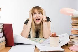 le de bureau à pile l étudiant de conception de fille à un bureau avec la pile des