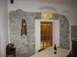 Caminetto Rustico In Pietra by Salotto Rustico In Legno Con Camino In Pietra Interior Design