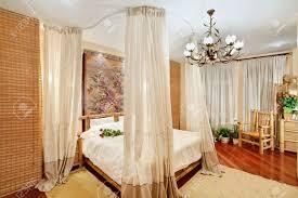 couvert lit chambres de style m礬di礬val avec lit couvert sur vue grand angle
