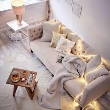 Wohnzimmer Mit Teppichboden Einrichten Herbstlich Gemütliche Couch Mit Lichterkette Herbstliche