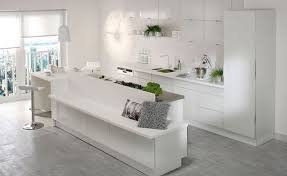 cuisine avec plaque de cuisson en angle cuisine aménagée conseil plan de travail rangement triangle d