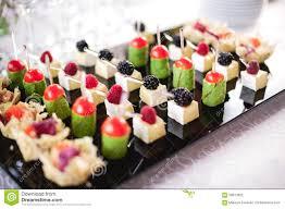 id e petit canap ap ro canapes mélangés de fingerfood sur la table d apéritif photo stock