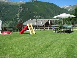 giardino bambini giardino con giochi per bambini foto di residence fior di roccia