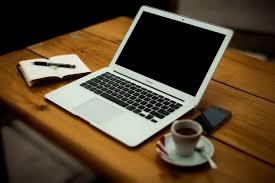 ordinateur portable ou de bureau ordinateur portable avec du café sur le bureau bureau