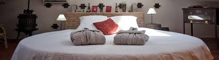 chambre avec lit rond supérieur chambre d hote en provence avec piscine 5 chambres