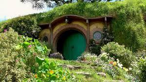 hobbit hole green door of bilbo baggins hobbit hole bag end hobbiton matamata