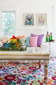 canapé shabby chic canapé shabby chic blanc tapis et coussins multicolores motifs