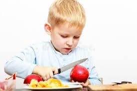 enfant cuisine l enfant a coupé la pomme avec un couteau de cuisine faisant cuire