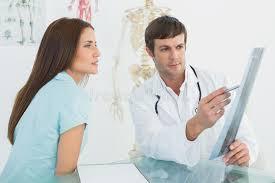 x au bureau soignez expliquer le rayon x au patient féminin dans le bureau
