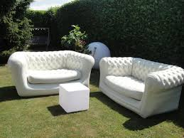 canapé gonflable chesterfield location atypique canapé gonflable chesterfield mobilier de jardin