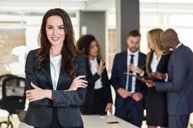 femme de bureau femme d affaires dans un bureau moderne avec des hommes d affaires