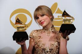 taylor swift poses with the trophies for the best country solo