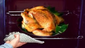 cuisiner la dinde dinde de noël cuisson et assaisonnement minutefacile com