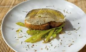 cuisiner un dos de cabillaud recette dos de cabillaud poêlé ramen crevettes sautées aux