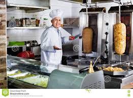 cuisine kebab viande mûre gaie de chiche kebab de coupe de cuisinier d homme sur