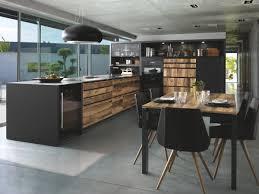 cuisine effet bois vue d ensemble de la cuisine arcos edition avec façade couleur