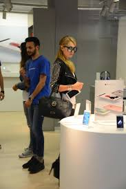 Apple Store Paris by Paris Hilton Shopping At The Apple Store In Milan