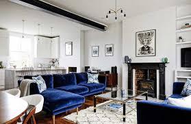 canape bleu mur de briques et canapé en velours bleu nuit a part ça