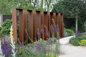 gartengestaltung sichtschutz gestalten mit holz metall naturstein herrhammer gärtner