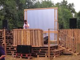 pallets for a dj scene at a garden party u2022 1001 pallets