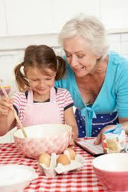 mere et fille cuisine cuisson de grand mère et de fille dans la cuisine photo stock