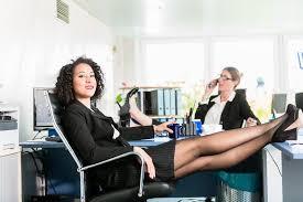 le de bureau sur pied les femmes d affaires détendent avec leurs pieds sur le bureau au