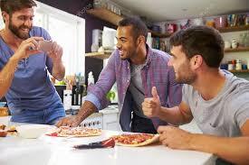 sexe dans la cuisine amis de sexe masculin faisant pizza dans la cuisine photographie