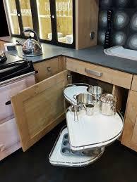 rangement angle cuisine atelier culinaire cuisine chêne massif clair vaisselier verrière