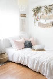 Vintage Style Girls Bedroom Best 20 Vintage Dorm Ideas On Pinterest Vintage Dorm Decor