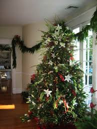 christmas tree decorating ideas with mesh ribbon to decorate a