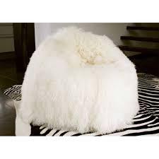 pouf en peau de vache tabouret en bois recouvert de peau de mouton par angel des montagnes