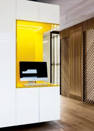 bureau discret un bureau encastré jaune et blanc business centre office space