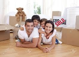 Neues Einfamilienhaus Kaufen Glückliche Familie Nach Neues Haus Kaufen Lizenzfreie Fotos