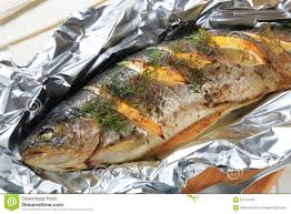 cuisiner truite enti鑽e en entière papillote de truite image stock image du citron étain