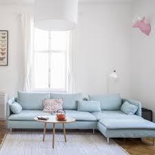 wohnzimmer sofa hellblaues sofa in wohnzimmer einer 3 zimmerwohnung in wien neubau