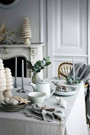 modern christmas 21 modern christmas table settings to get inspired shelterness