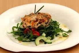 cuisiner steak haché recette de steak haché de saumon salade mêlée de roquette tomate