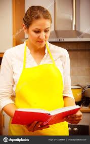 recherche chef de cuisine femme au foyer avec livre de recettes de cuisine photographie