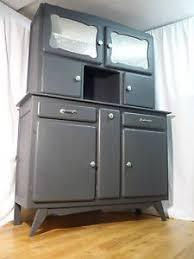 mobilier cuisine vintage haut de buffet séparé du bas dépouillé de ses portes rénové et