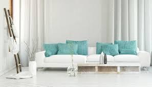 breites sofa breites weißes sofa vor flüssigen vorhängen stock abbildung bild