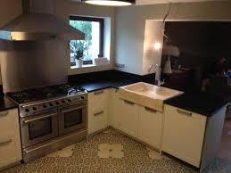 evier cuisine granit noir plan de cuisine granit noir avec evier massif en