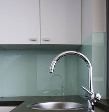 küche wandpaneele küche mit küchenrückwand in braun und glas arbeitsplatte ideen