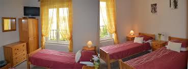 chambre lits jumeaux chambre lits jumeaux avec salle de bains commune la maison celtique