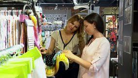 relation au bureau deux femmes discutent des échantillons de tissus au bureau la