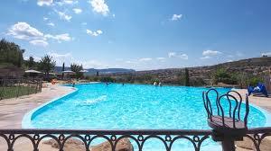 chambre d hote millau avec piscine la très piscine de l hôtel avec vue sur le viaduc de millau
