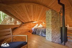 chambre insolite paca dormir une nuit dans la tanière aux loups gris et écouter le